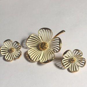 Mint condition Monet dogwood flower 🌸 brooch set
